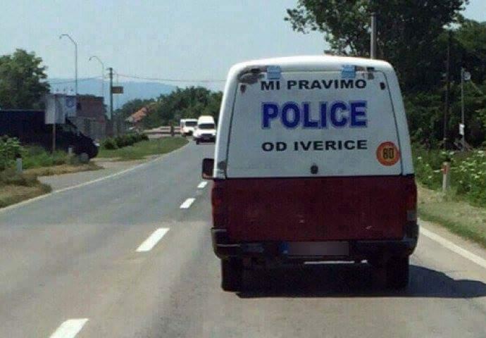 Proizvođač nameštaja u policijskom automobilu?