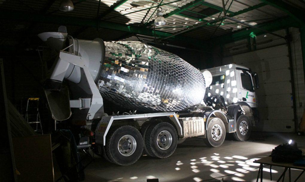 Auto mešalica za beton pretvorena u veliku disko kuglu