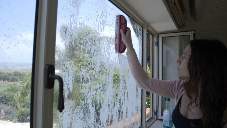 Kako oprati prozore sa spoljne strane a da ostanete unutra