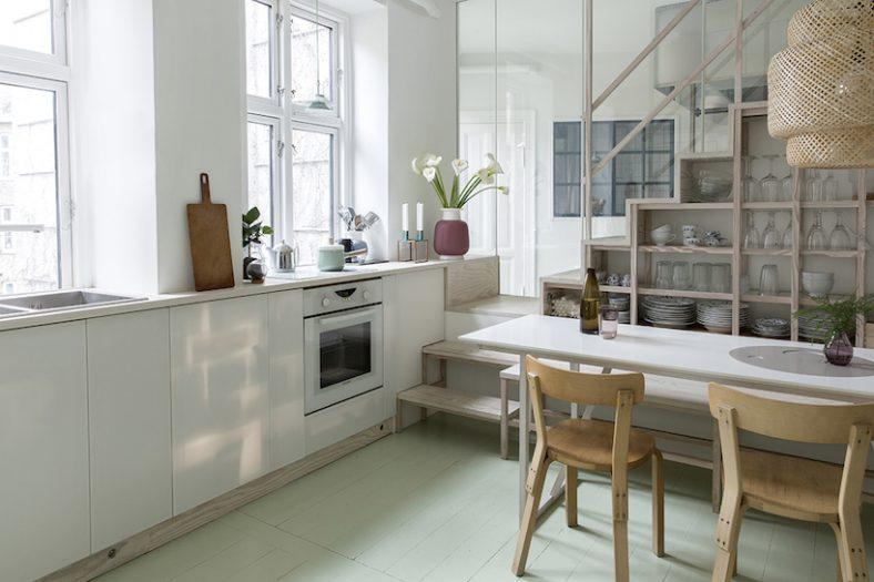 Ovo stepenište služi i kao kuhinjski element i kao garderober