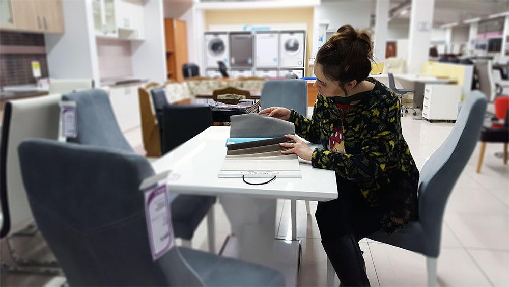 U šoping s arhitektom: TOP 15 tapaciranih trpezarijskih stolica u domaćim salonima