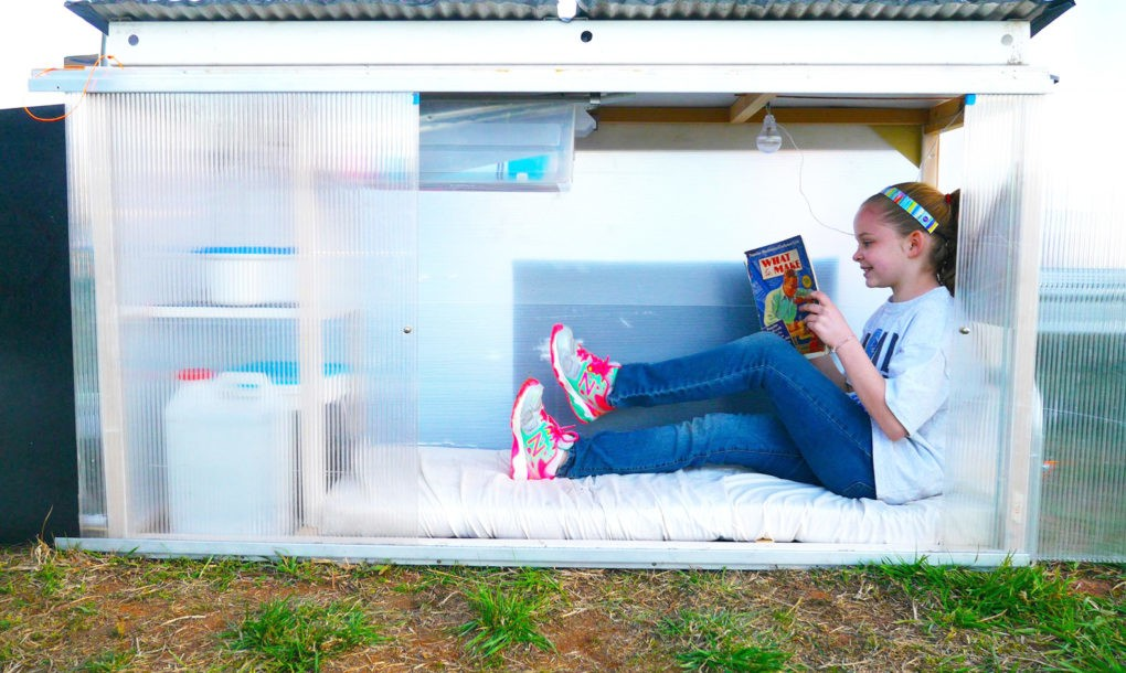 Sa deset godina pravi mobilna skloništa. Šta li će raditi kad odraste?