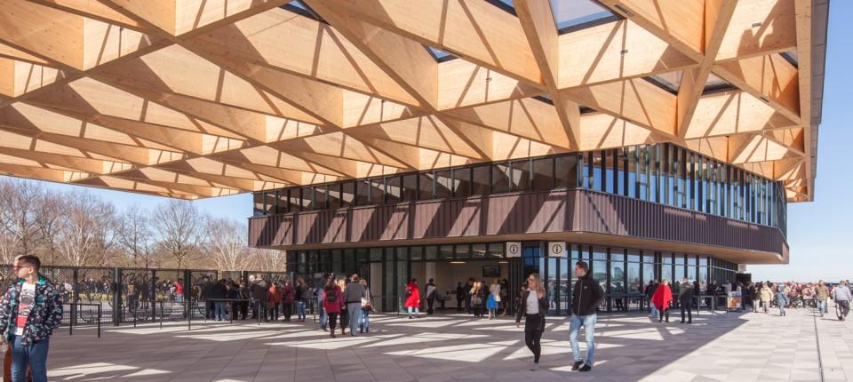 Masivna prozračna drvena krovna konstrukcija inspirisana cvećem