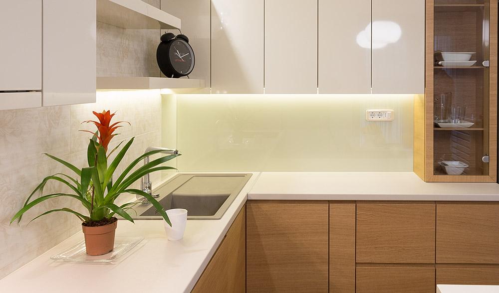 Staklo na zidu iznad radne ploče: Atraktivno i praktično rešenje za kuhinje
