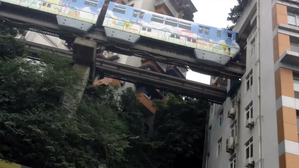 Ovaj voz prolazi kroz stambenu zgradu u Kini