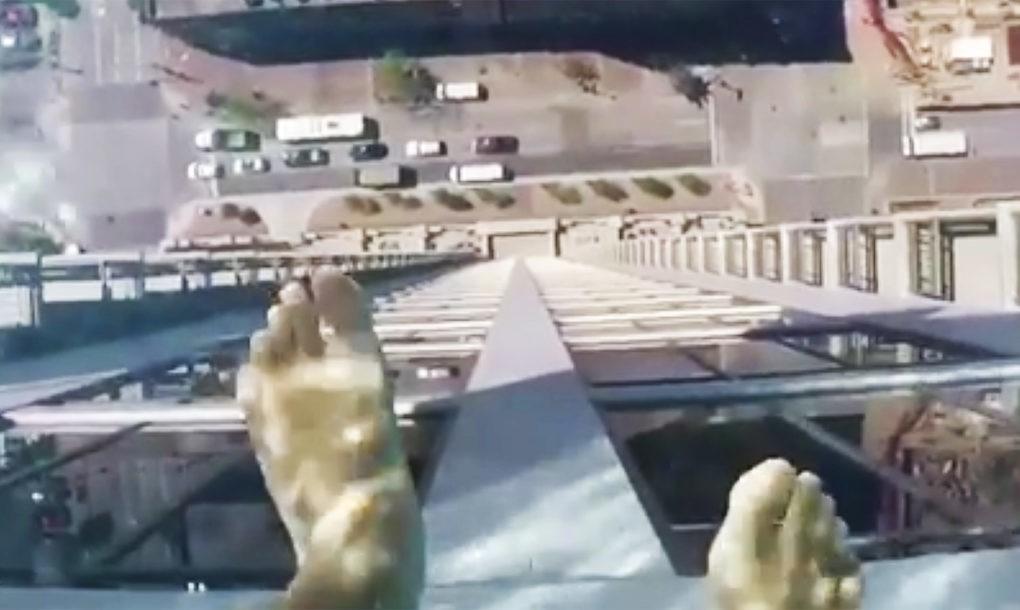 Pogled iz ovog providnog bazena na 40. spratu zgrade će vas potpuno prestraviti