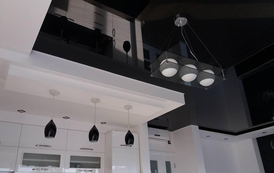 Ideja za crno-belu kuhinju sa spuštenim elastičnim plafonom