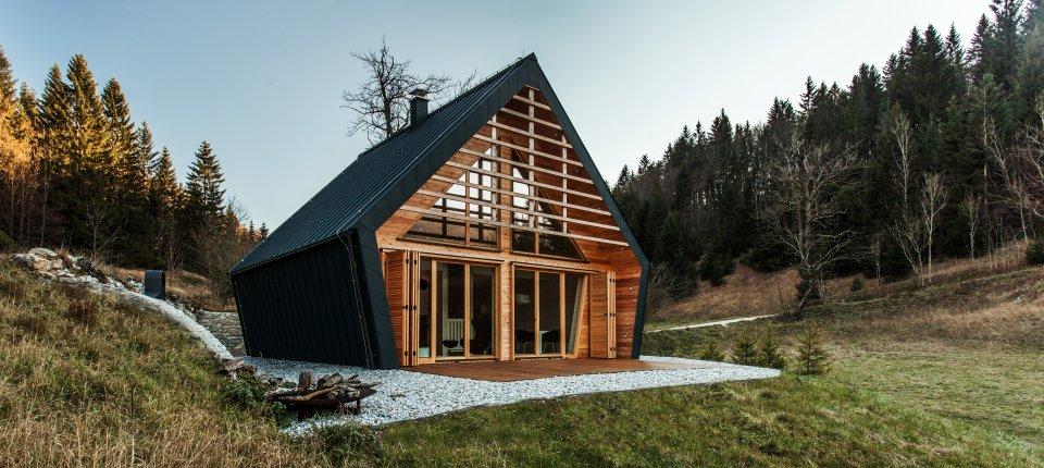 Drvena kuća u Sloveniji uklopljena u šumske proplanke
