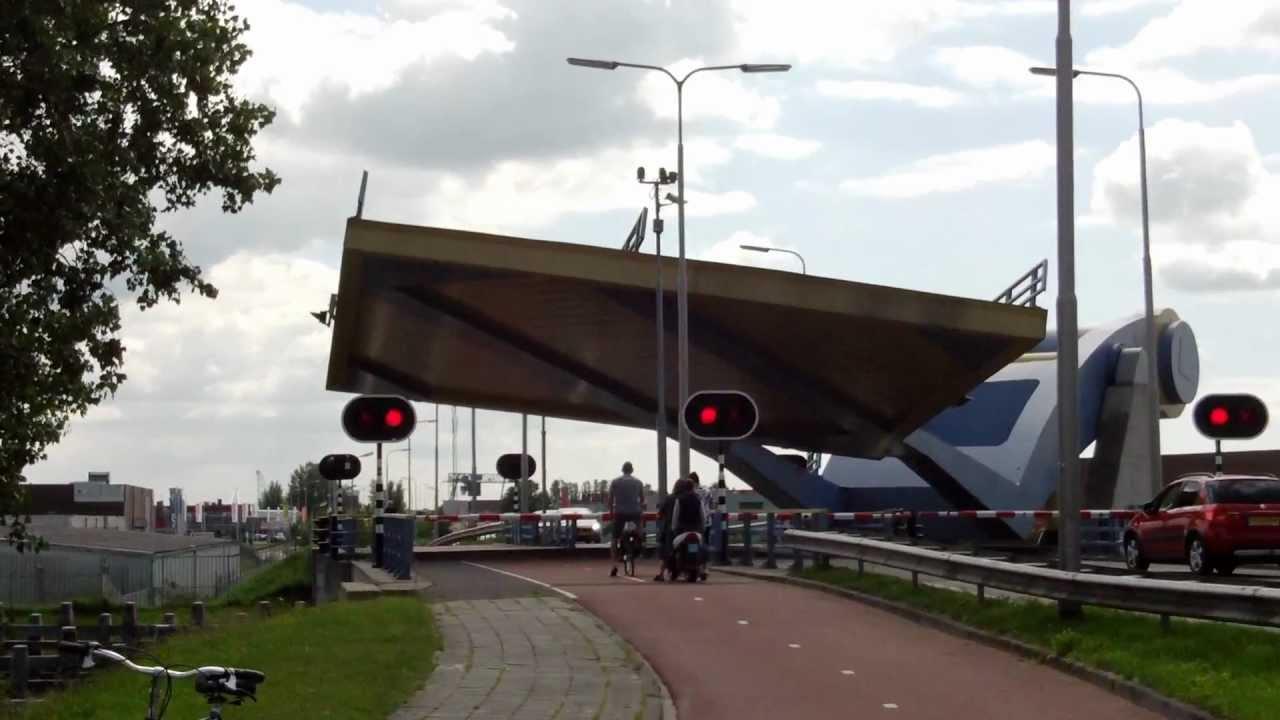 Pokretni most koji podiže parče puta da bi propustio brodove