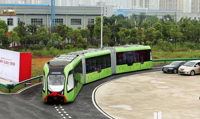 Kineski tramvaj koji umesto po šinama ide po iscrtanoj putanji