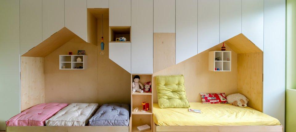 Enterijer dečije sobe sa mnoštvom prostora za odlaganje stvari