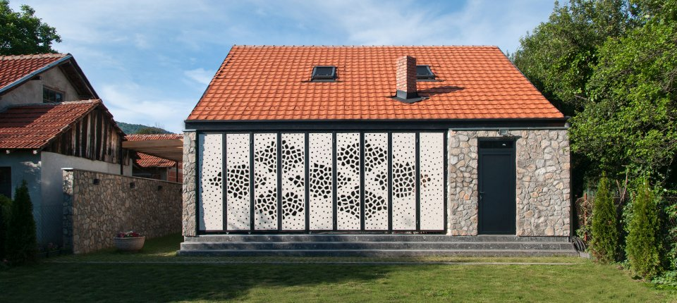 Perforirana kuća na Staroj planini u motivima ćilima