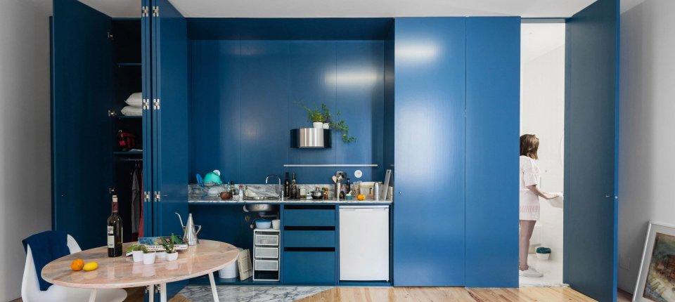 Azurno plave šalukatre skrivaju kuhinju, prozore i plakare u portugalskoj kući