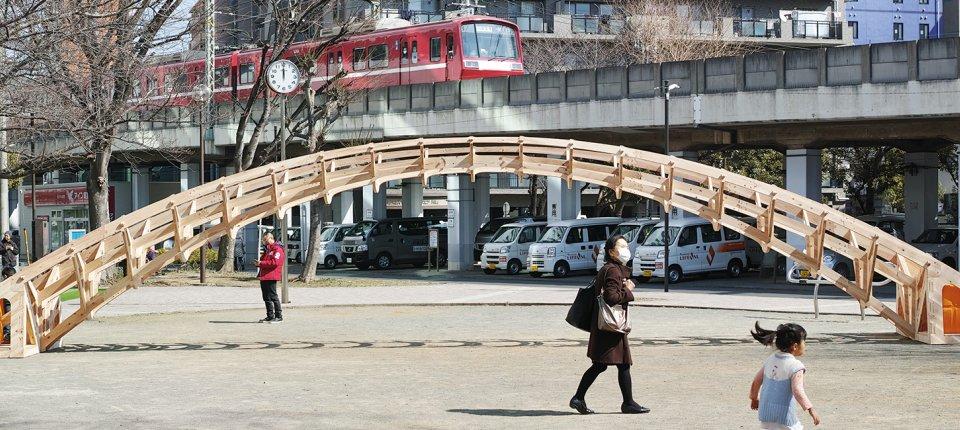 Ovaj prenosivi drveni most može se sklopiti bez alata