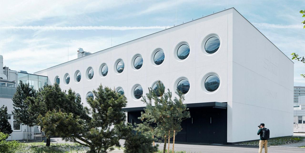 Kružni prozori od betona na fasadi fabrike naočara
