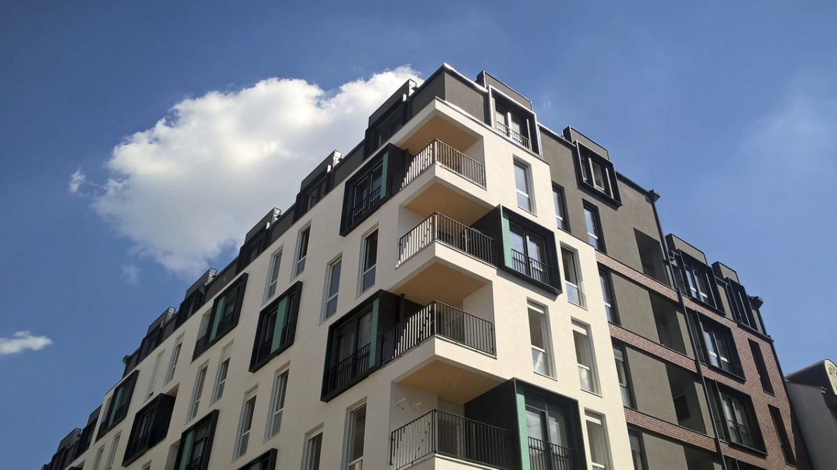 Koloritni kubusi zaigrali na fasadi zgrade u Novom Sadu