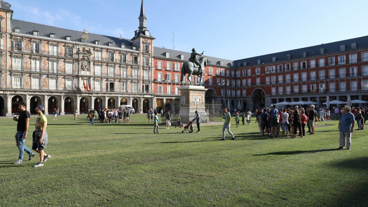 """Glavni gradski trg u Madridu """"popločan"""" travom"""