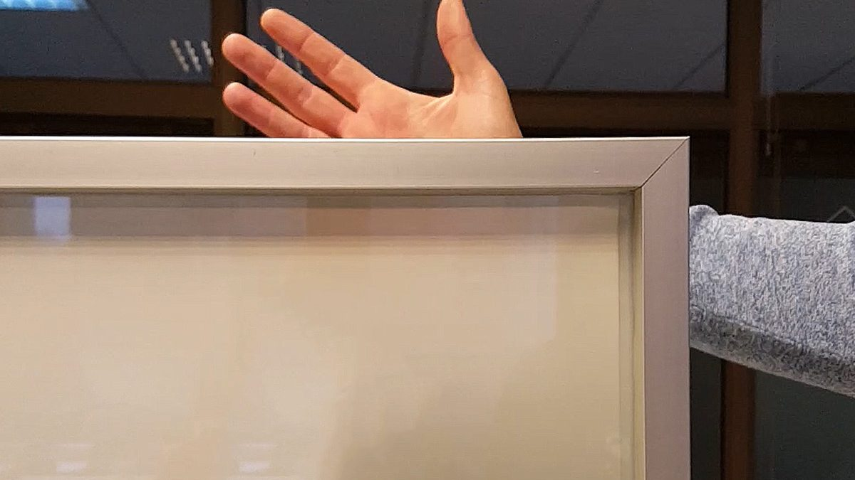 Pametna folija koja postaje prozirna na dodir dugmeta
