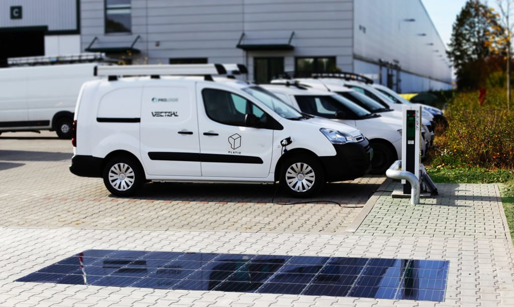 Solarni trotoar u Budimpešti puni bateriju električnim automobilima