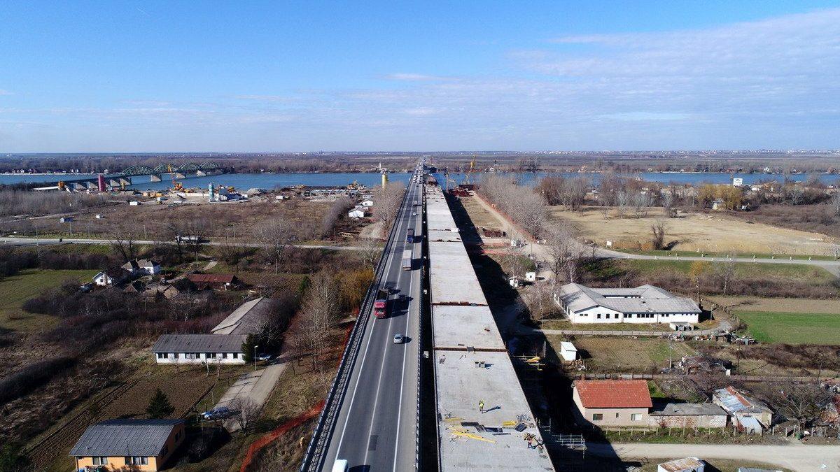 Pogled iz drona na gradilište mosta na obilaznici oko Beograda