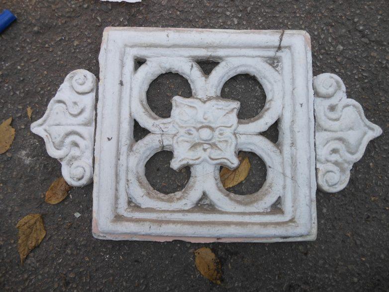 Dekorativni cvet u kamenu