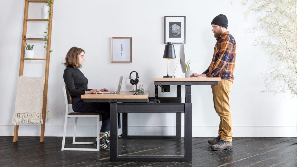 Dupli radni sto za kojim se može sedeti ali i stajati