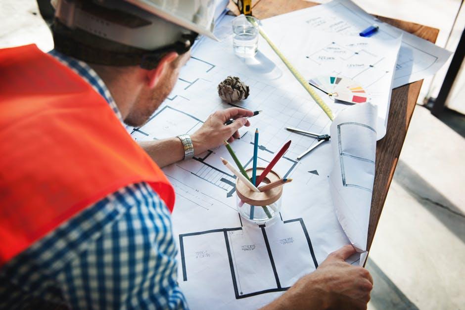 Traži se muškarac arhitekta da u suknji prošeta po zgradi koju je projektovao