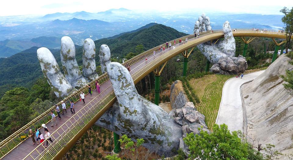 Zlatni most koji pridržavaju džinovske ruke nova je atrakcija u Vijetnamu