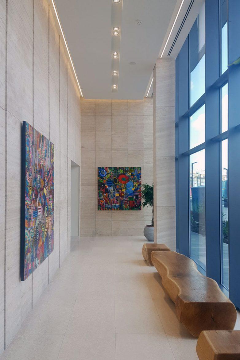 Impresivni ulazni hol sa umetničkim slikama Vuka Vučkovića