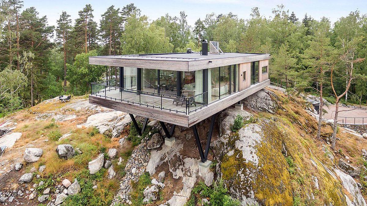 Ova kuća izgleda kao da balansira na steni