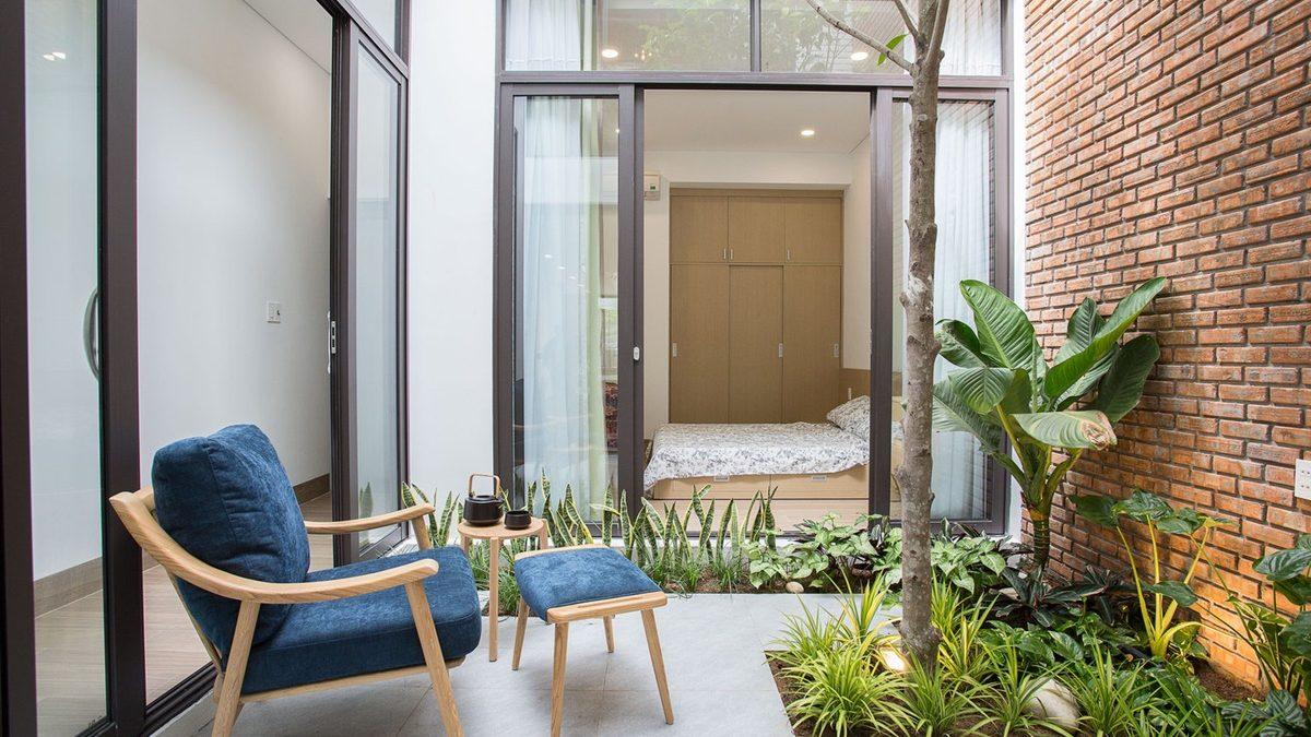 Mala minimalistička kuća s dvorištem usred dnevne sobe