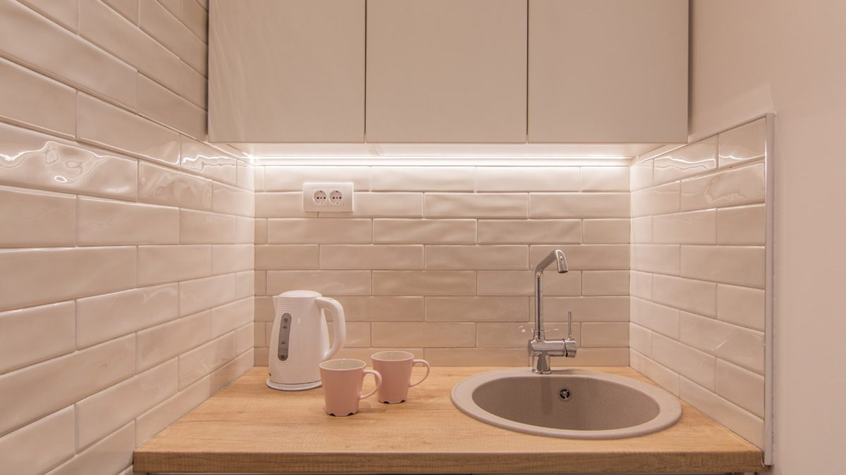 Čajne kuhinje: Dva dobra primera organizacije malih kuhinjskih prostora