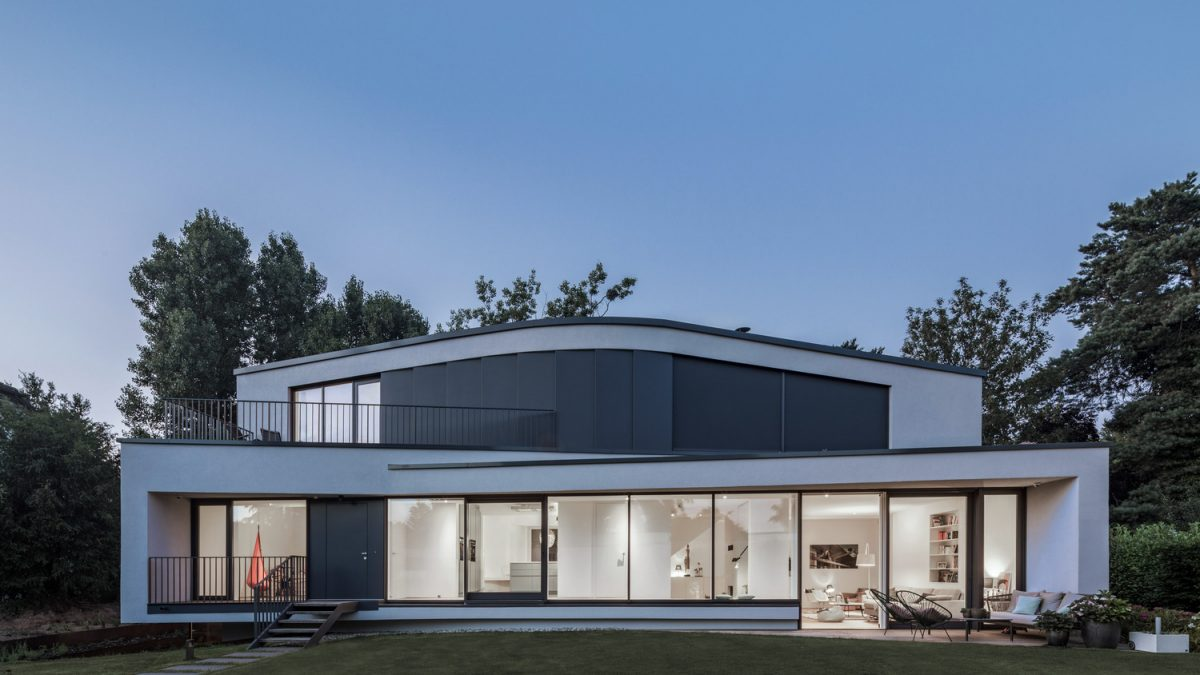 Haus B: Porodična kuća s lučnim krovom i energetski efikasnim rešenjima