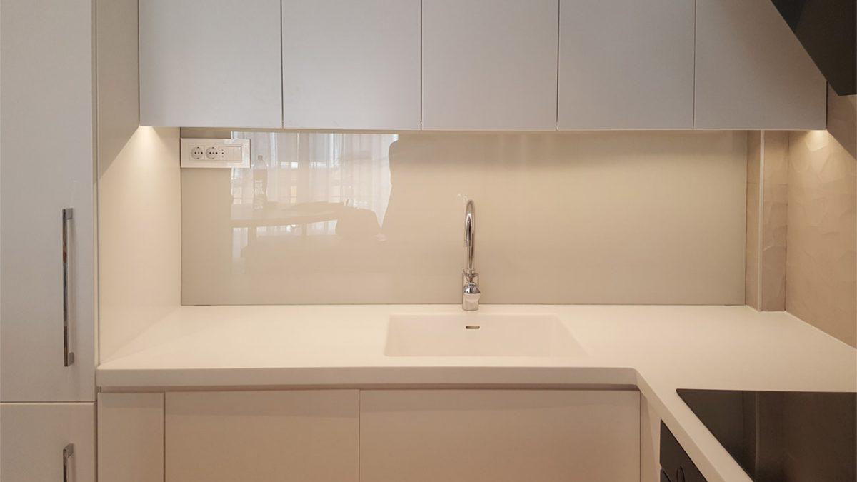 Staklo za kuhinje – kako se postavlja i koliko košta (video)