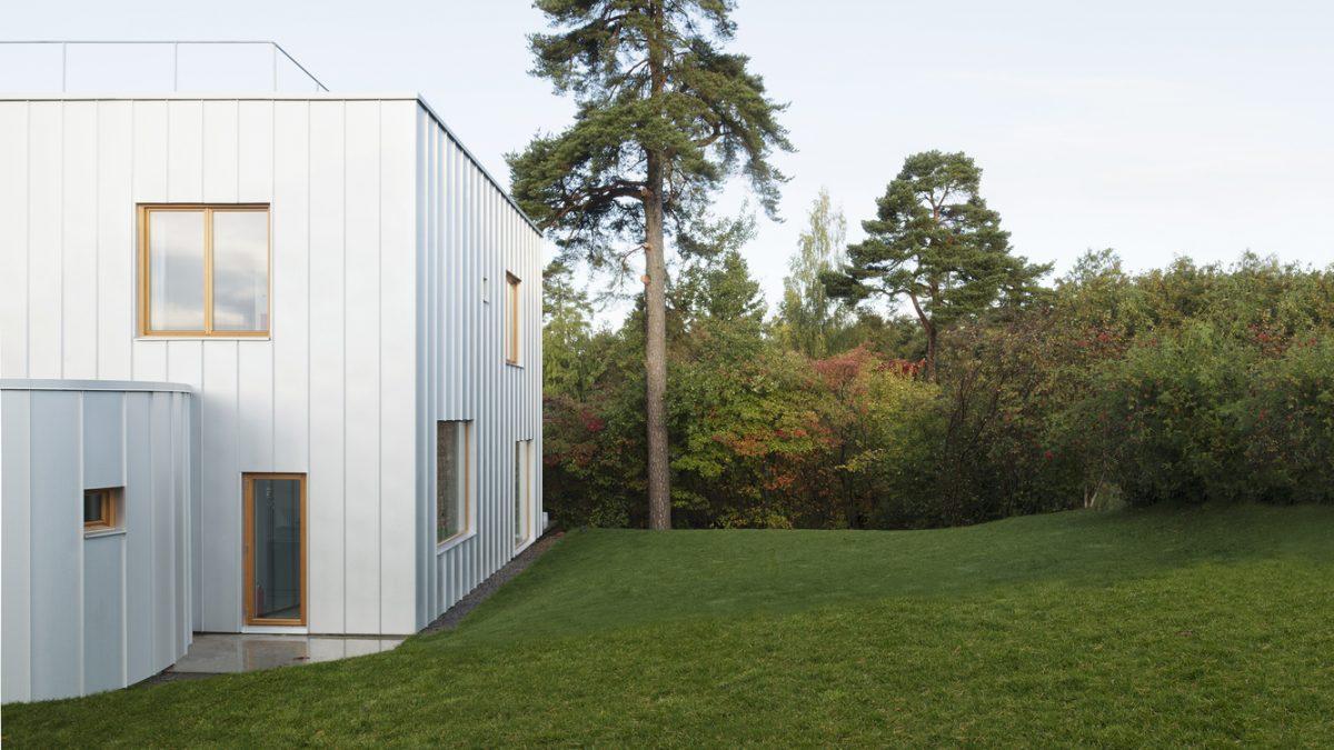 Bela kuća u zelenom okruženju postala dom i galerijski prostor