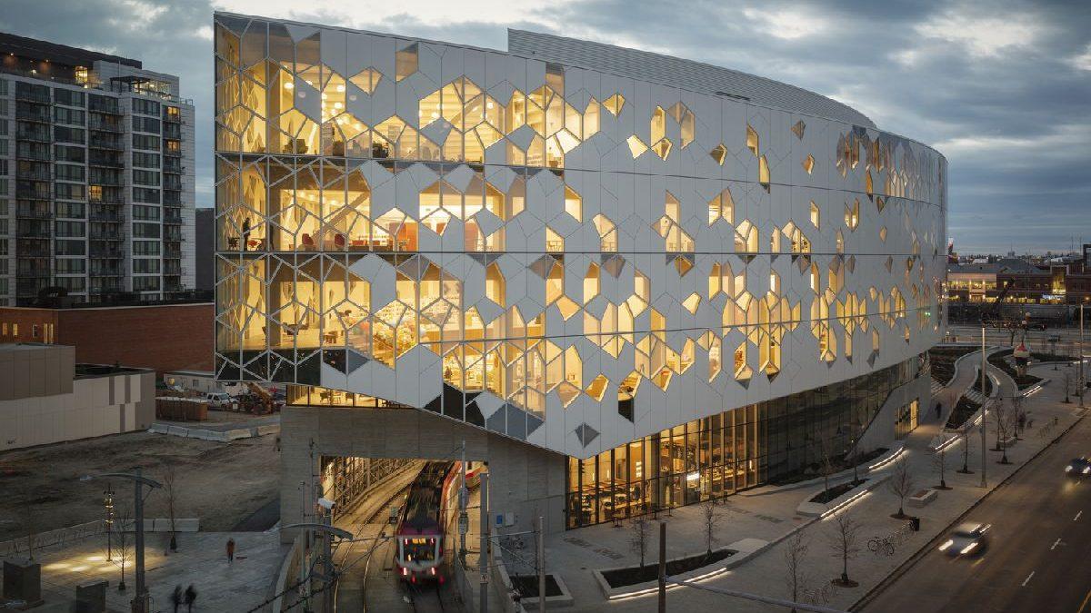 Biblioteka u Kanadi podignuta nad železničkom prugom