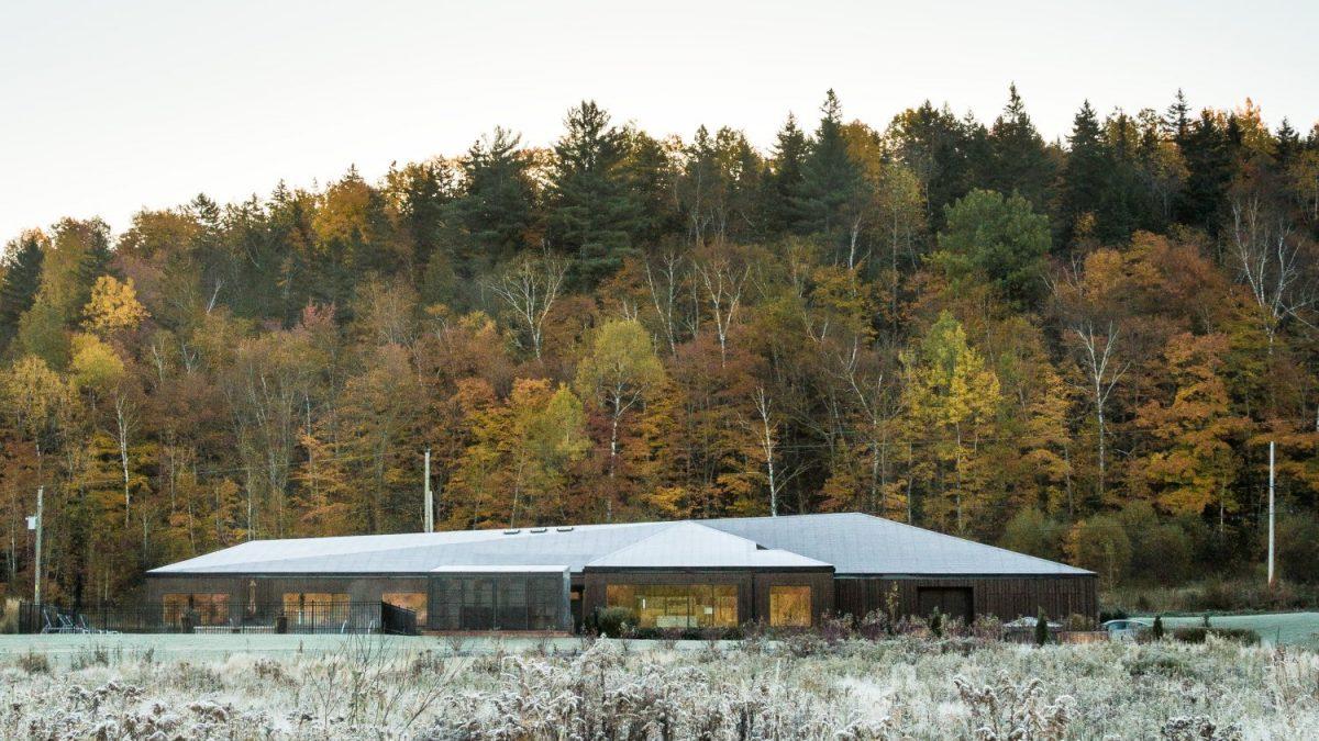 Krov i terasa ove kuće uspostavljaju dijalog s okolnim planinskim predelom
