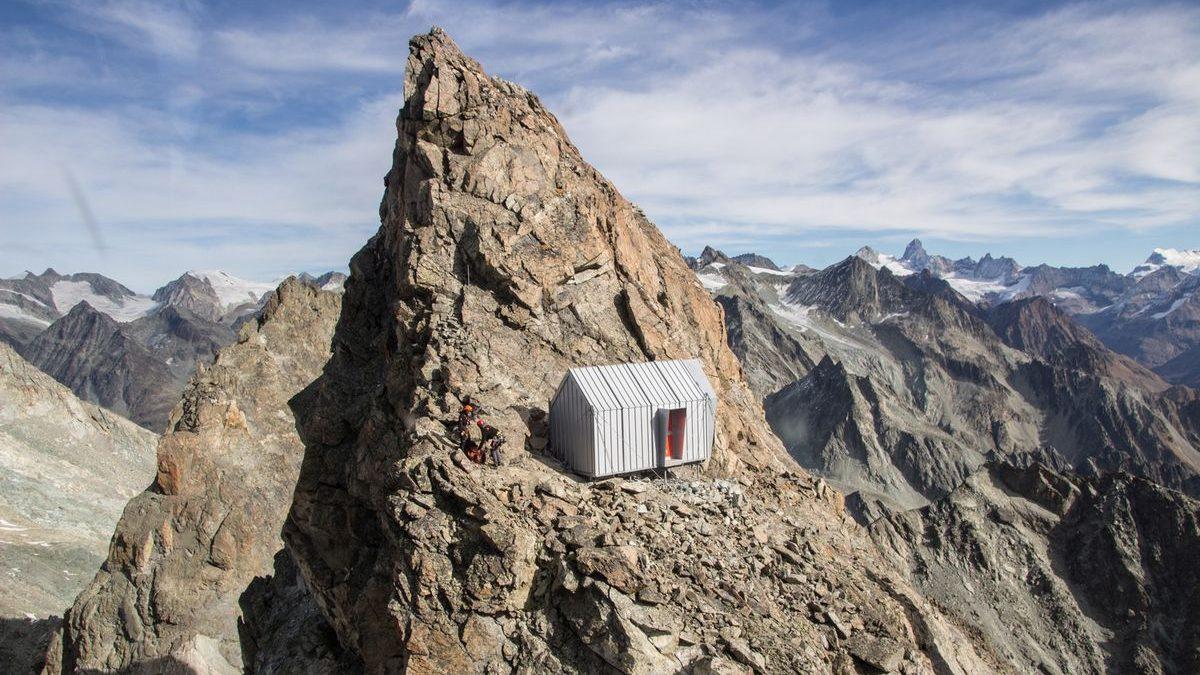 Ovaj prefabrikovani dom postavljen je na vrh planine u italijanskim Alpima
