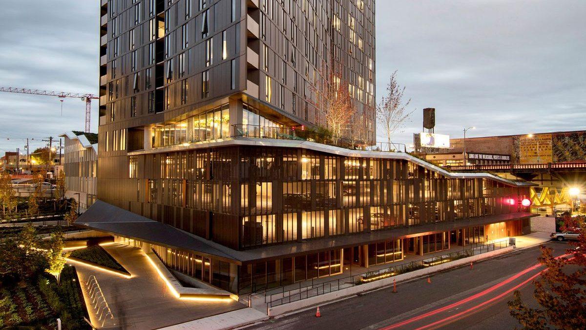 Zgrada presečena zelenim krovom koji podstiče stanare na druženje