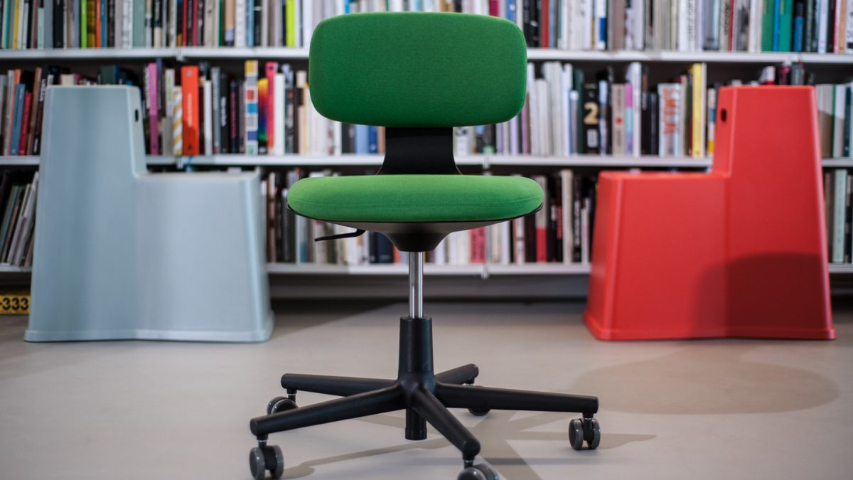 Konstantin Grčić kreirao kancelarijsku stolicu koja se (konačno) jednostavno koristi