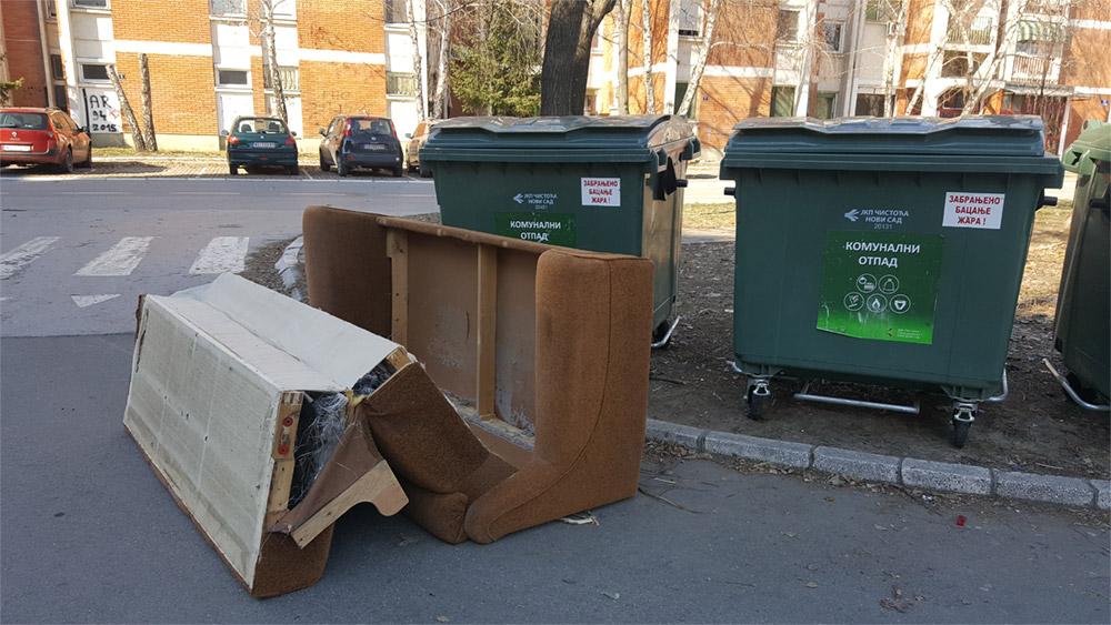 Vesnik proleća: Nameštaj i šut pored kontejnera