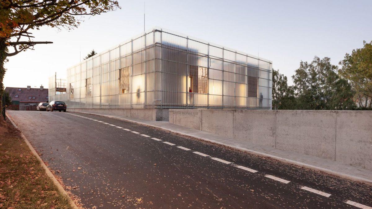 Fasada ovog vrtića zamišljena je kao opna koja štiti njegov unutrašnji svet
