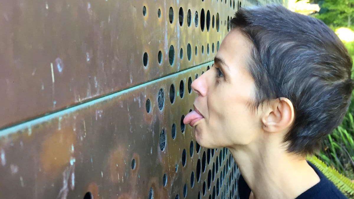 Šta je navelo Anu Prvački da liže fasadu muzeja u San Francisku?