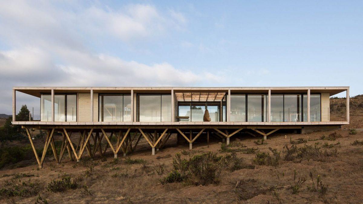 Ova kuća postavljena je na kose drvene stubove zbog boljeg pogleda
