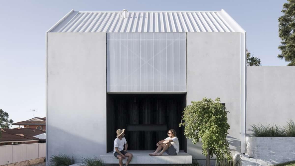 Jednostavna ali karakterna bela kuća po meri arhitekte
