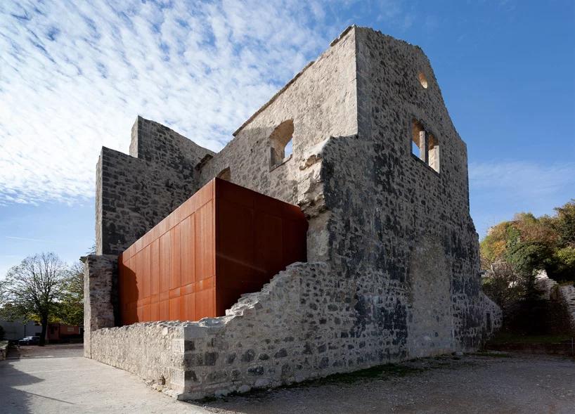 Napuštena crkva u Istri oživljena čeličnom kapsulom