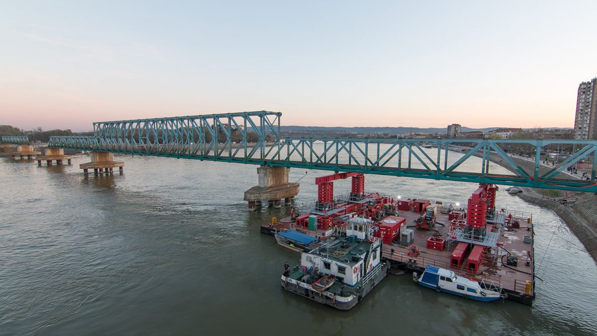 Demontaža privremenog mosta u Novom Sadu koji je potrajao 18 godina
