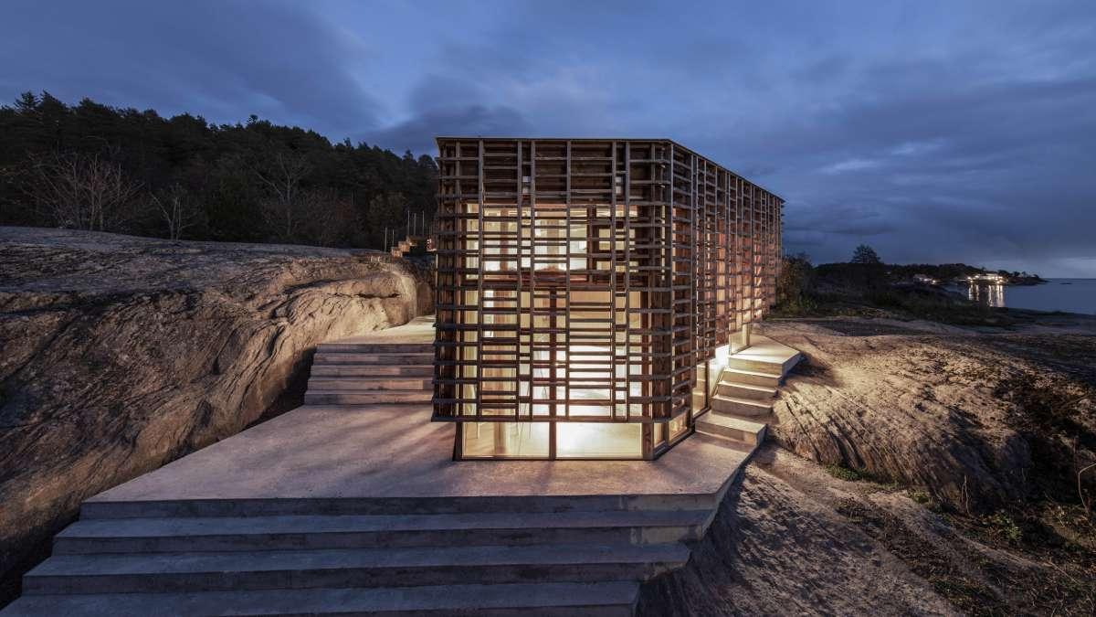 Drvena fasada koja filtrira svetlost poput lišća na drveću