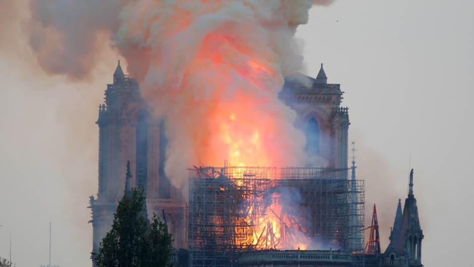 Gori katedrala Notr Dam u Parizu
