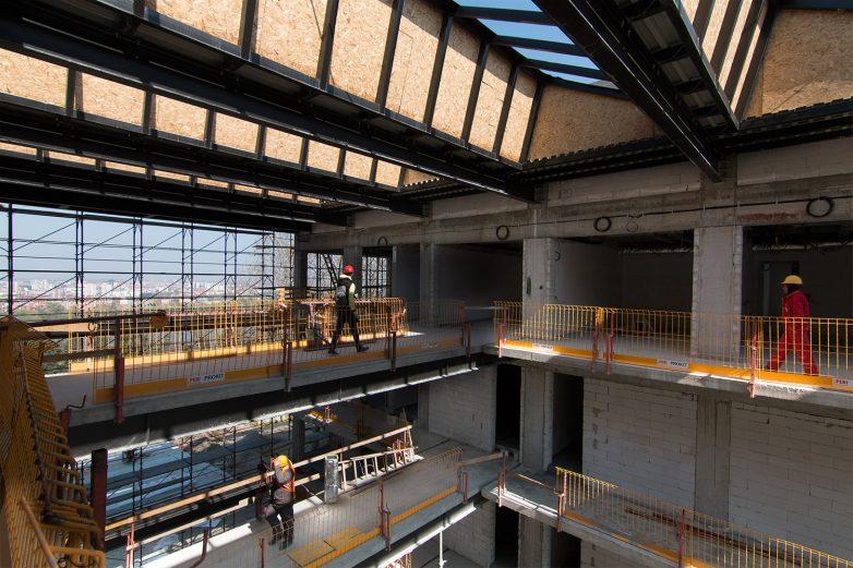 Centralni atrijum pune visine dominira na ulasku u zgradu RTV. Foto: Igor Conić